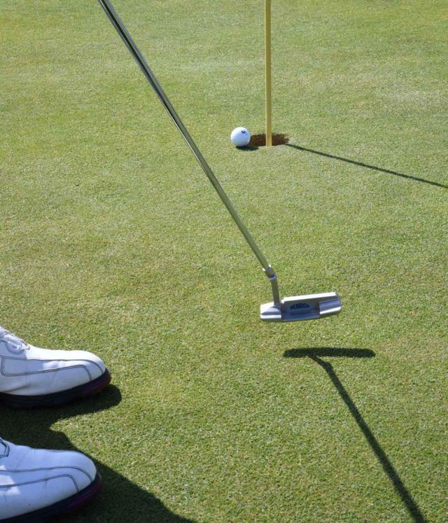 """画像2: 【パット上達】プロゴルファーみたいに""""パチン""""と打ちたいショートパット。「強気に真っすぐ」の境界線は何メートル?"""