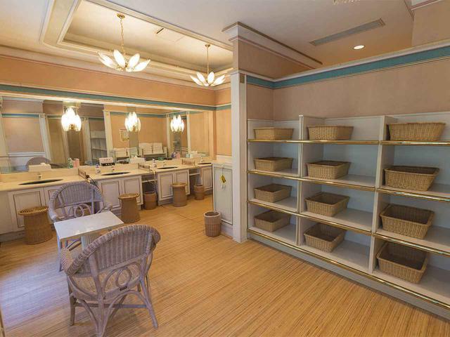 画像: 女性脱衣室は、独立したパウダールームが7室