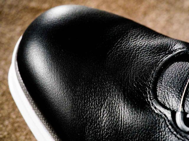 画像: 防水加工が施された天然皮革を使用、スパイクレスとは思えないほどの上質さを感じる