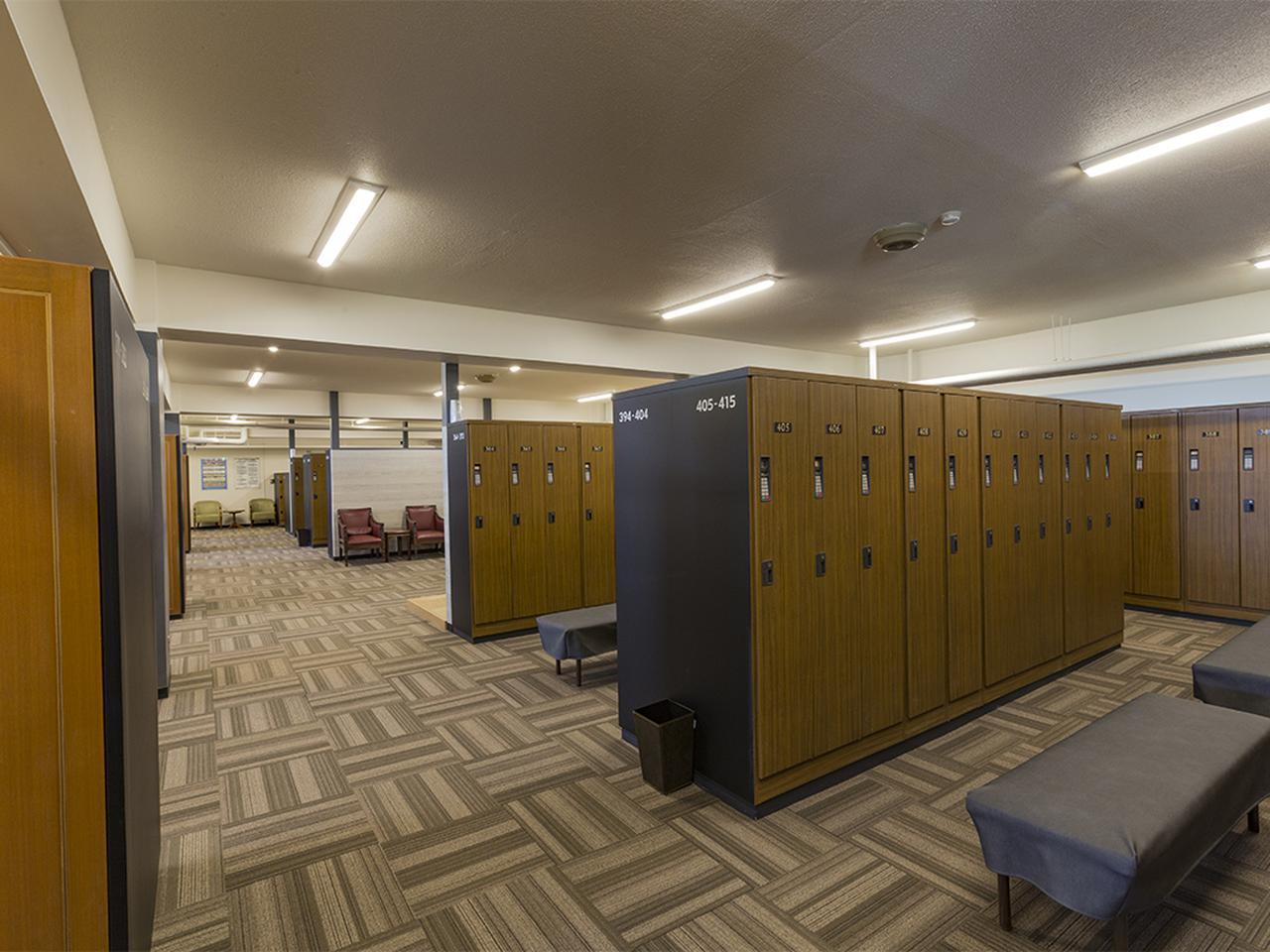 画像: ゆったりとレイアウトされた男性ロッカー室。中央は浴室入口327本。他に貸しクラブロッカー87本