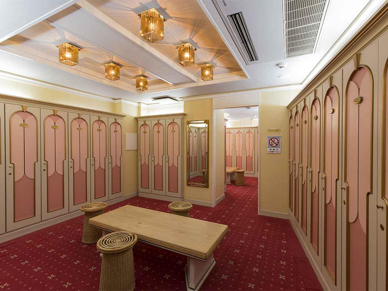 画像: ピンクを基調とした女性ロッカー室。ロッカー95本