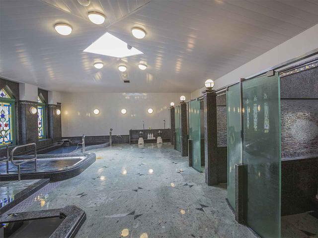 画像: 洗い場がカランごとに仕切られた、特徴ある女性浴室