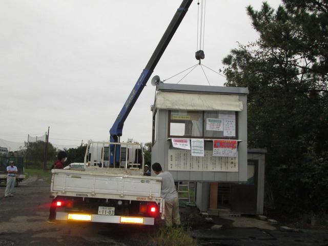 画像: 台風接近に備え、スタート小屋などをクレーンでつり上げ堤防の外に移動