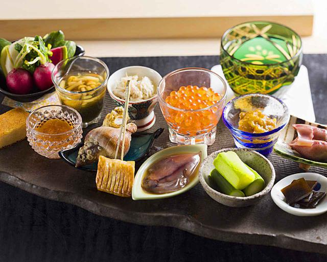 画像: おまかせのコースでは、鮨はもちろん、季節料理や酒肴も愉しめる