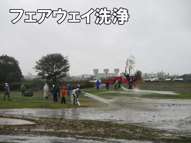 画像: フェアウェイの洗浄。この作業に約50日。同時にゴミ、流木などを回収。後方にはゴルフ場所有の消防車