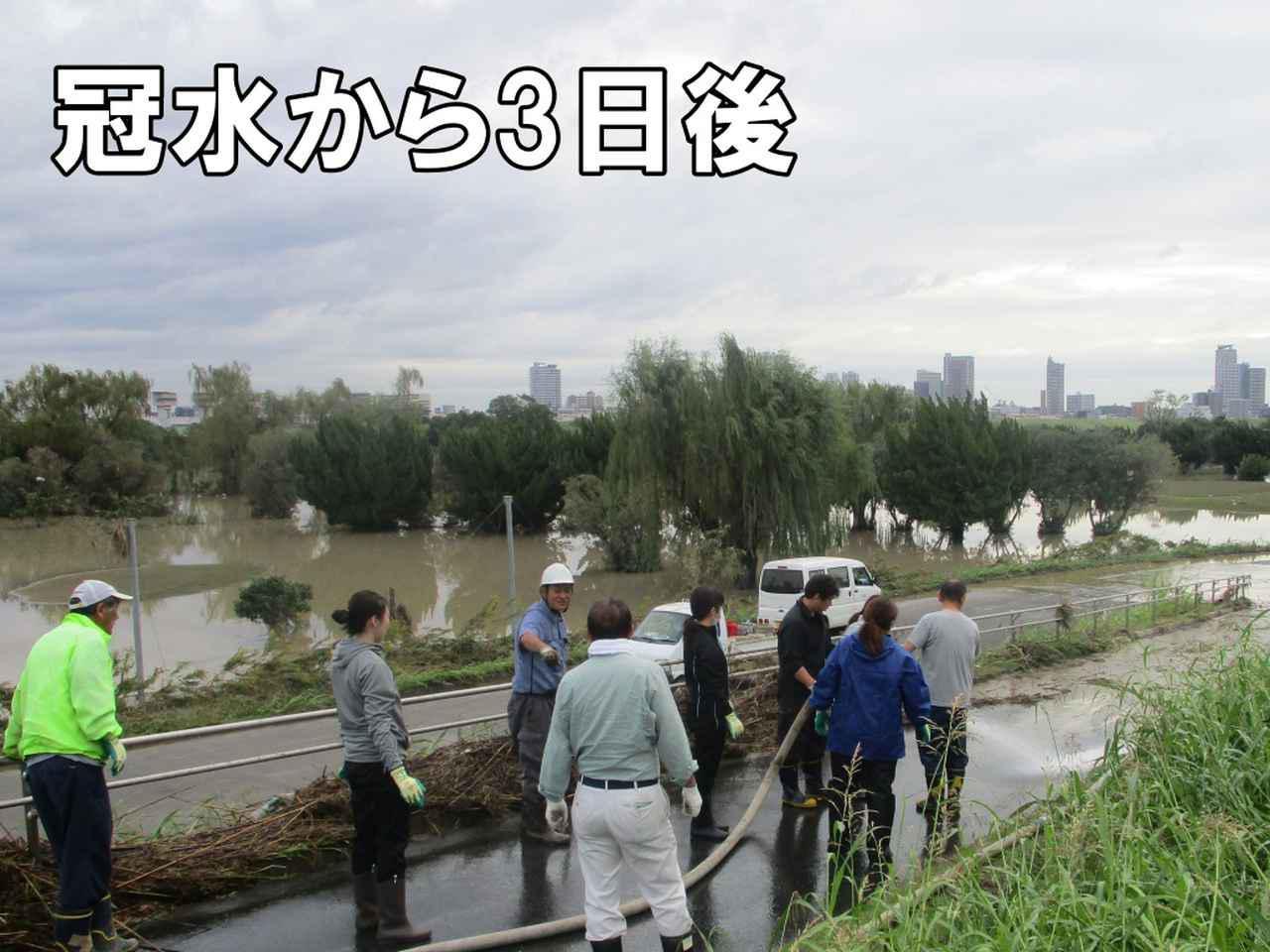 画像: 機材を運ぶ動線を確保するため、堤防からゴルフ場への道路の清掃から始めた