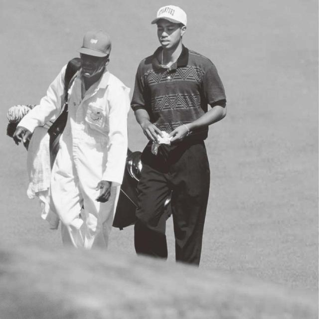 画像: 「緊張感があるから、あり得ないミスも、神業も生まれる。心堪財羨が直に現れるのがゴルフの醍醐味です」(タイガーが初出場した95年マスターズ。緊張する初日のスコアは72。3日目は同組で尾崎将司とラウンド。結局、41位%でローアマに輝いた)