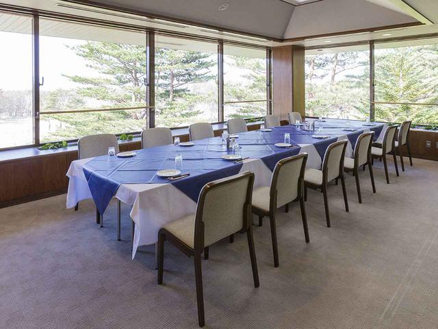 画像: コンペルームはレストランと同じカーペットに。5室80人収容