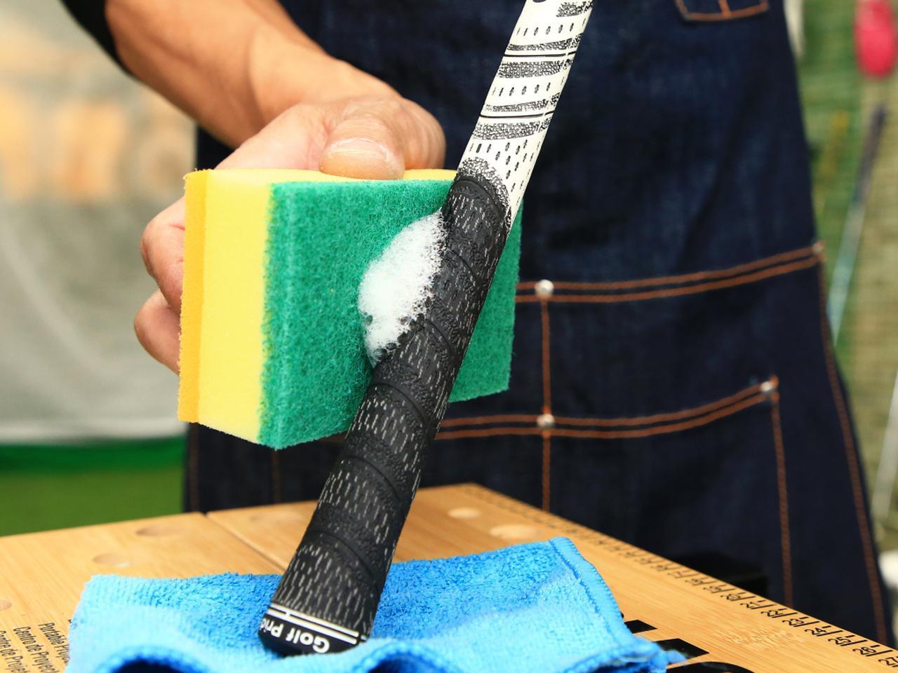 画像: 中性洗剤を付けたタオルやスポンジで