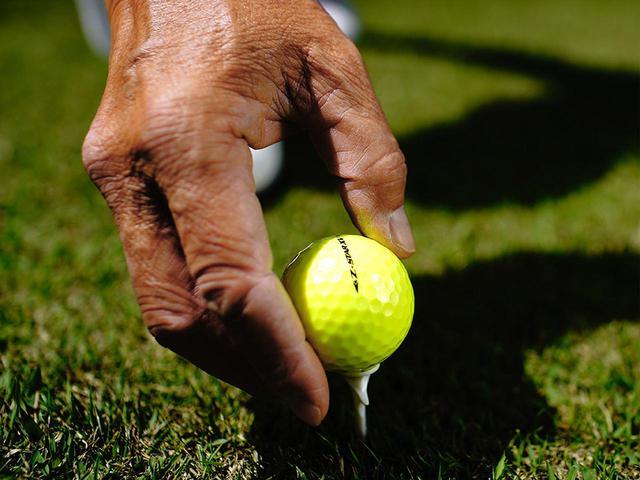 画像: 小杉さんはボールに入っている文字を利用。スパットを決めてそこにボールのラインを合わせる。単純な作業だが、仮想ラインを作ることで、アドレス自体が正確にできるようになり、打ち出し方向も安定する