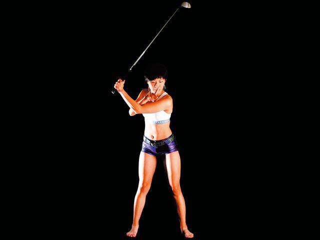画像: ポイントは左目とボールの距離を保ち続けること