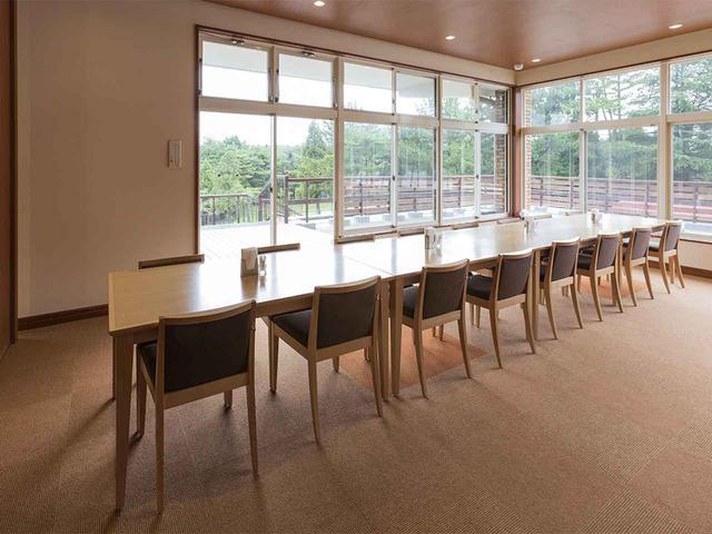 画像: レストランに隣接するコンペルーム。3室64名収容
