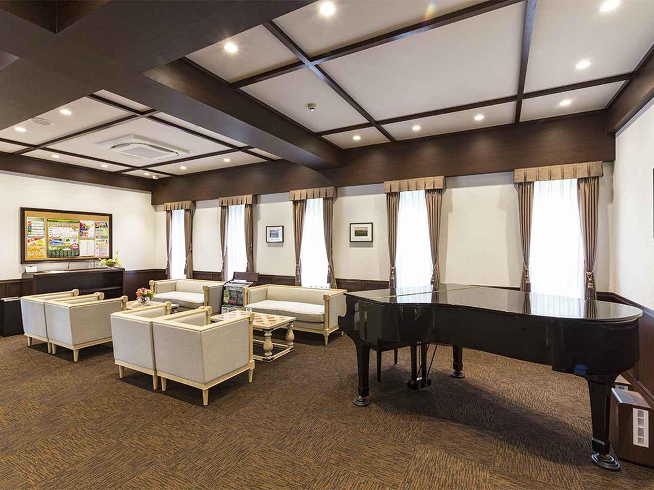 画像: フロント脇にあるラウンジにはグランドピアノが置かれている