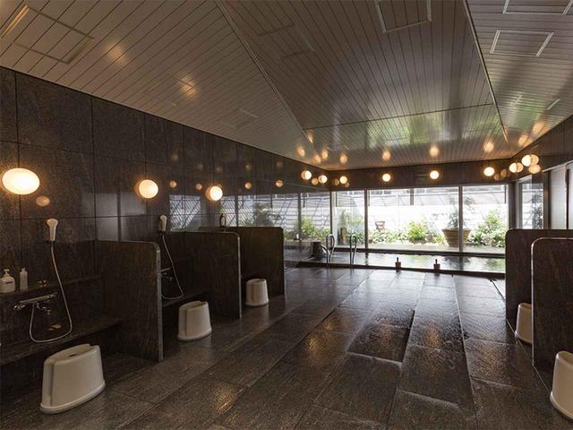 画像: 女性浴室はダークブラウンが基調