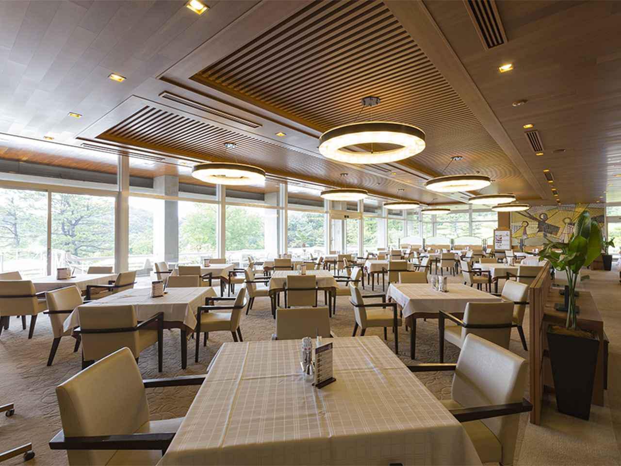 画像: 明るくすっきりとしたレストラン。25卓