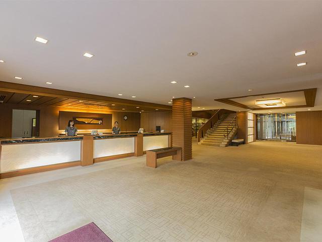 画像: 表玄関、スタートテラス、女子ロッカーなどの出入りがすべて見えるフロント