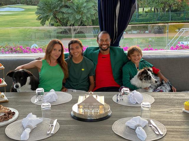 """画像1: Tiger Woods's Instagram post: """"Masters Champions Dinner quarantine style. Nothing better than being with family."""" www.instagram.com"""