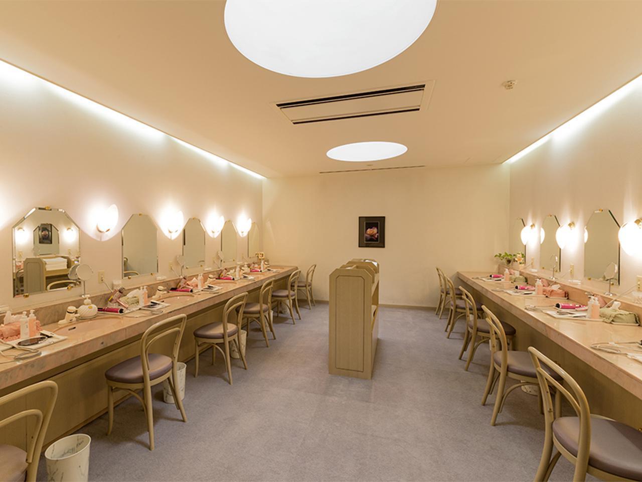 画像: 女性ロッカー室に併設された、女性用の化粧室