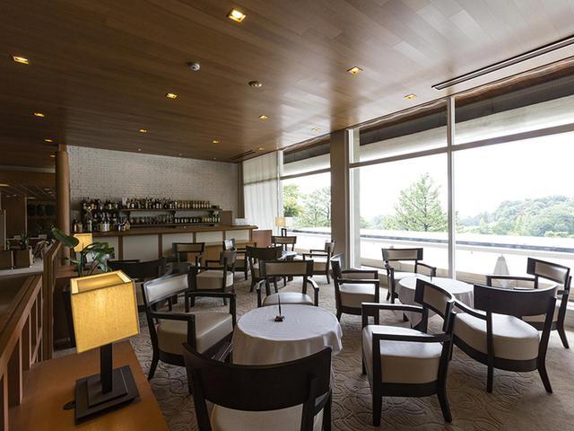 画像: ラウンジも兼ねる、レストラン隣のバーコーナー