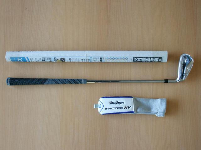 画像: 長さはおよそ55センチと超短尺アイアン。UT用のヘッドカバーが付属します。新聞紙は比較用です