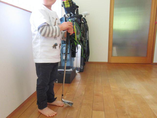 画像: 3歳児が持つとこのくらい。ゴルフに興味を持つきっかけになってくれるかも…