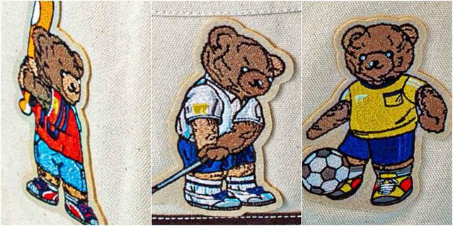 画像: 前面に(左から)野球、ゴルフ、サッカーバージョンのクマのワッペンがついてキュート。