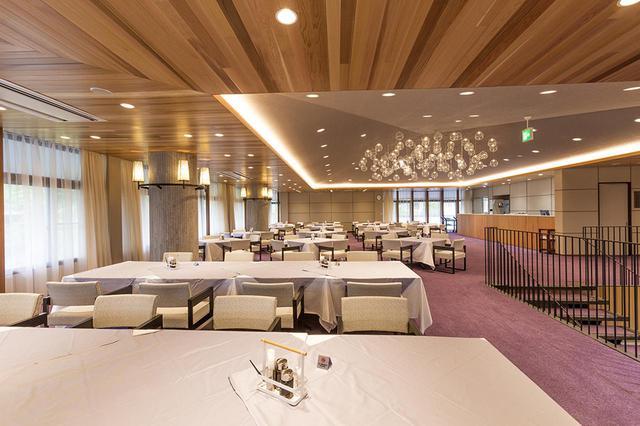 画像: 洒落た照明がついたレストラン。22卓