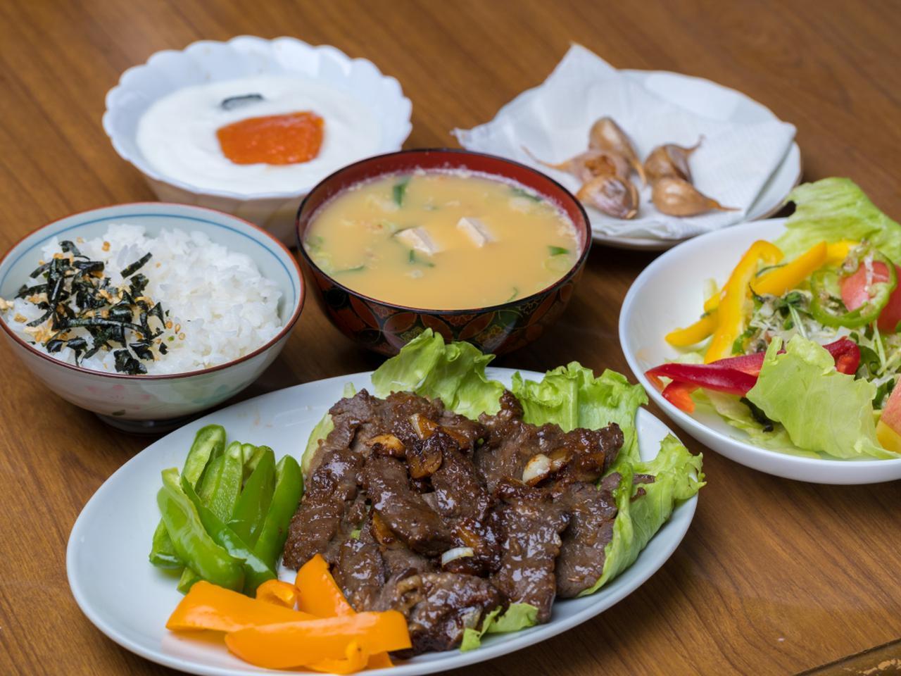 画像: 【肉メイン】牛肉のにんにく醤油焼き、ご飯、味噌汁、サラダ、にんにくの素揚げ、フルーツヨーグルト