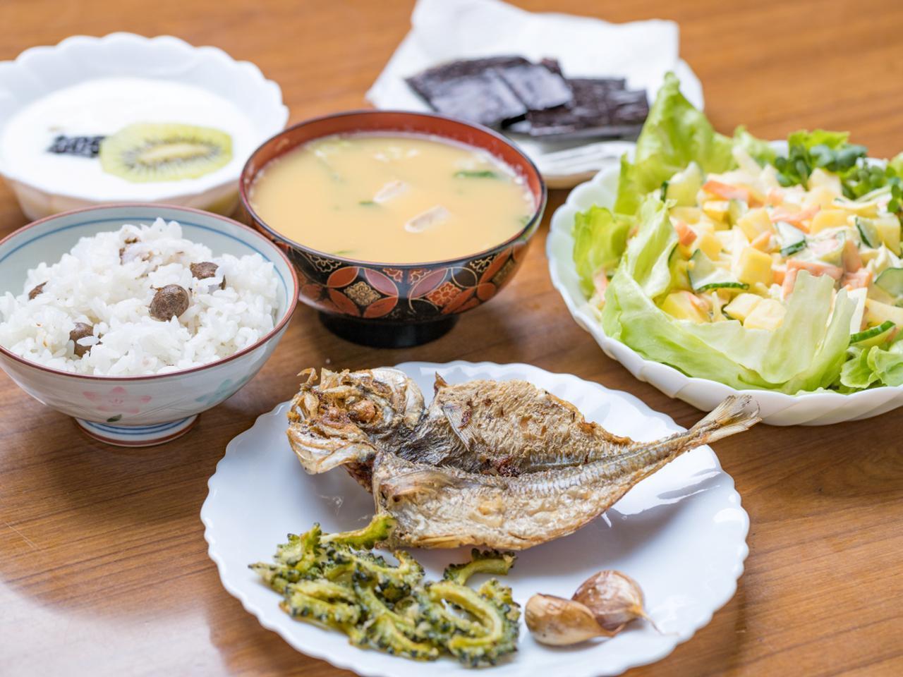 画像: 【魚メイン】あじの一夜干しの素揚げ、むかごご飯、にんにくの素揚げ、ポテトサラダ、のり、フルーツヨーグルト