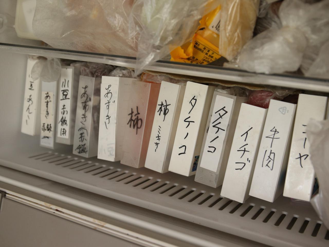 画像: 旬のフルーツや食材を冷凍。昔のビデオテープのケースを活用