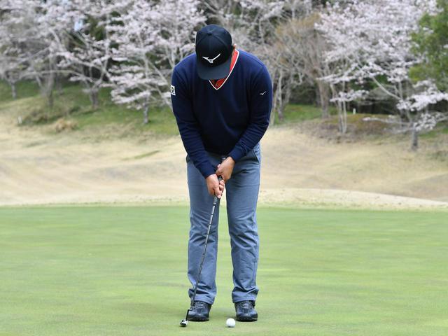 画像2: 【通勤GD】時松隆光プロを育てた異次元打法「みんなの桜美式」Vol.23 パットは右肩の動かし方で決まる ゴルフダイジェストWEB