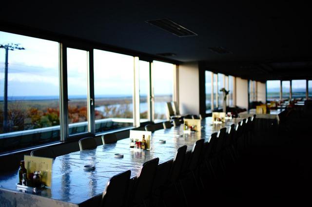 画像: クラブハウスは自然公園を展望できるスペースと共用される