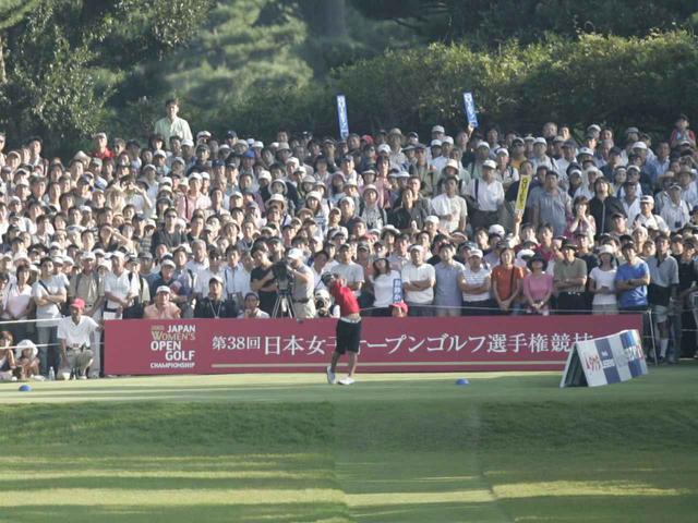 画像: 戸塚CC西Cで行われた日本女子オープン最終日はまさに黒山の人だかり。ギャラリー数が史上初めて2万人を 超え、本大会は4日間で4万8677人の大観衆を集め、この記録はいまだ破られていない。この20歳3カ月での優勝は、当時大会史上最年少優勝、史上最年少ツアー通算10勝目でもあった。この年宮里は計6勝を挙げる