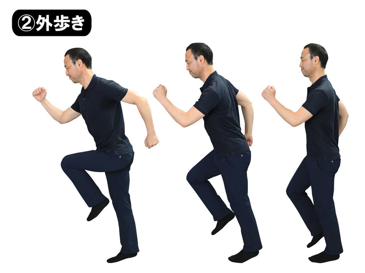 画像: 「その場歩き」から重心を前に傾けると勝手に前に進む。足を後ろに蹴る意識はなくてもいい。足を置いた瞬間、重心が後ろに残っているとブレーキがかかりひざにも負担が。小さな歩幅から始めよう