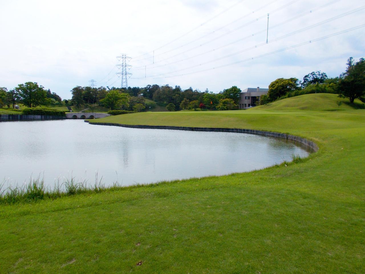 画像: 18番ホール(450ヤード・パー5)グリーン手前には大きな池が待ち受ける