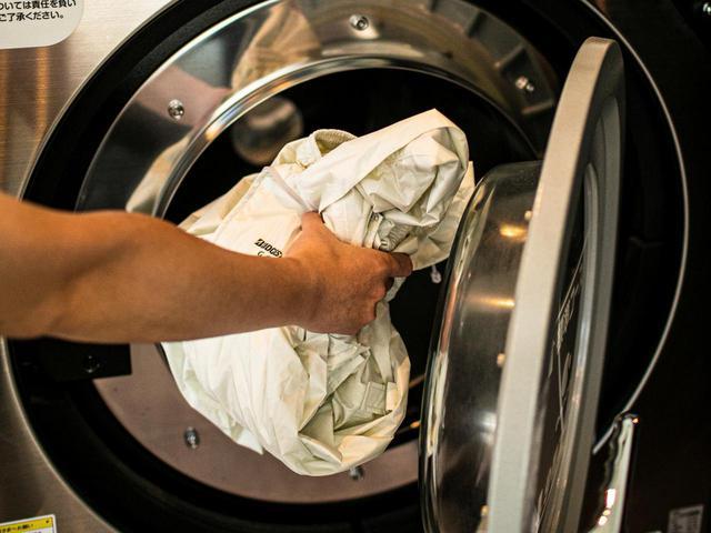 画像: レインウェアの手入れは簡単。まずは普通に洗濯