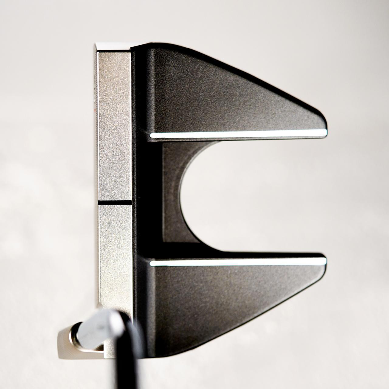 画像: 独特なシャフトの くねりが特徴。こ れにより、シャフト軸線上にパターのスウィートスポットが交わるようになり、またそのおかげでヘッドを真っすぐ引けるという