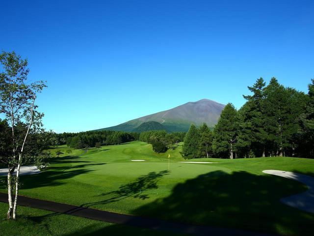 画像: 眼前には浅間山。ダイナミックな風景を眺めながらのプレーは格別
