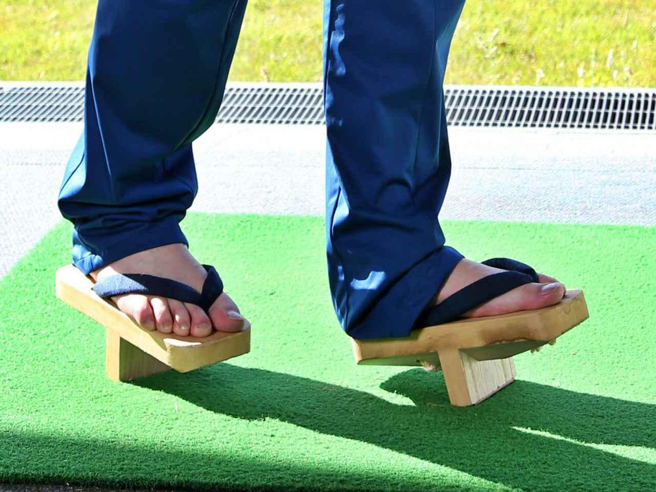 画像: 「右足のつま先でボールを踏んで打つと、バランスを保つのが難しくなる。下駄と同じ効果が得られるはずです」