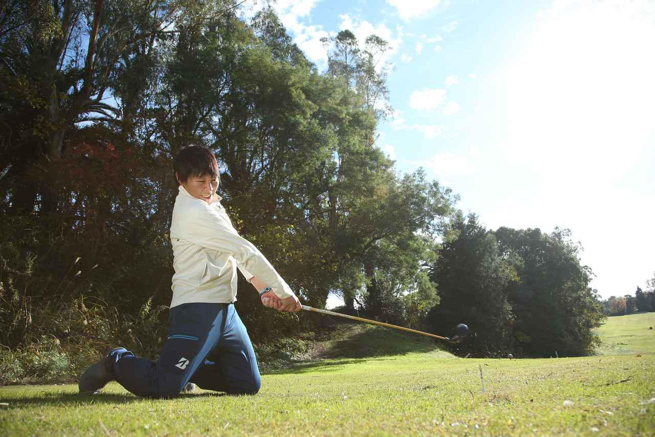 画像: 手元を先行させたり、下の力を使おうとしたりすると、ボールを上手くとらえられない