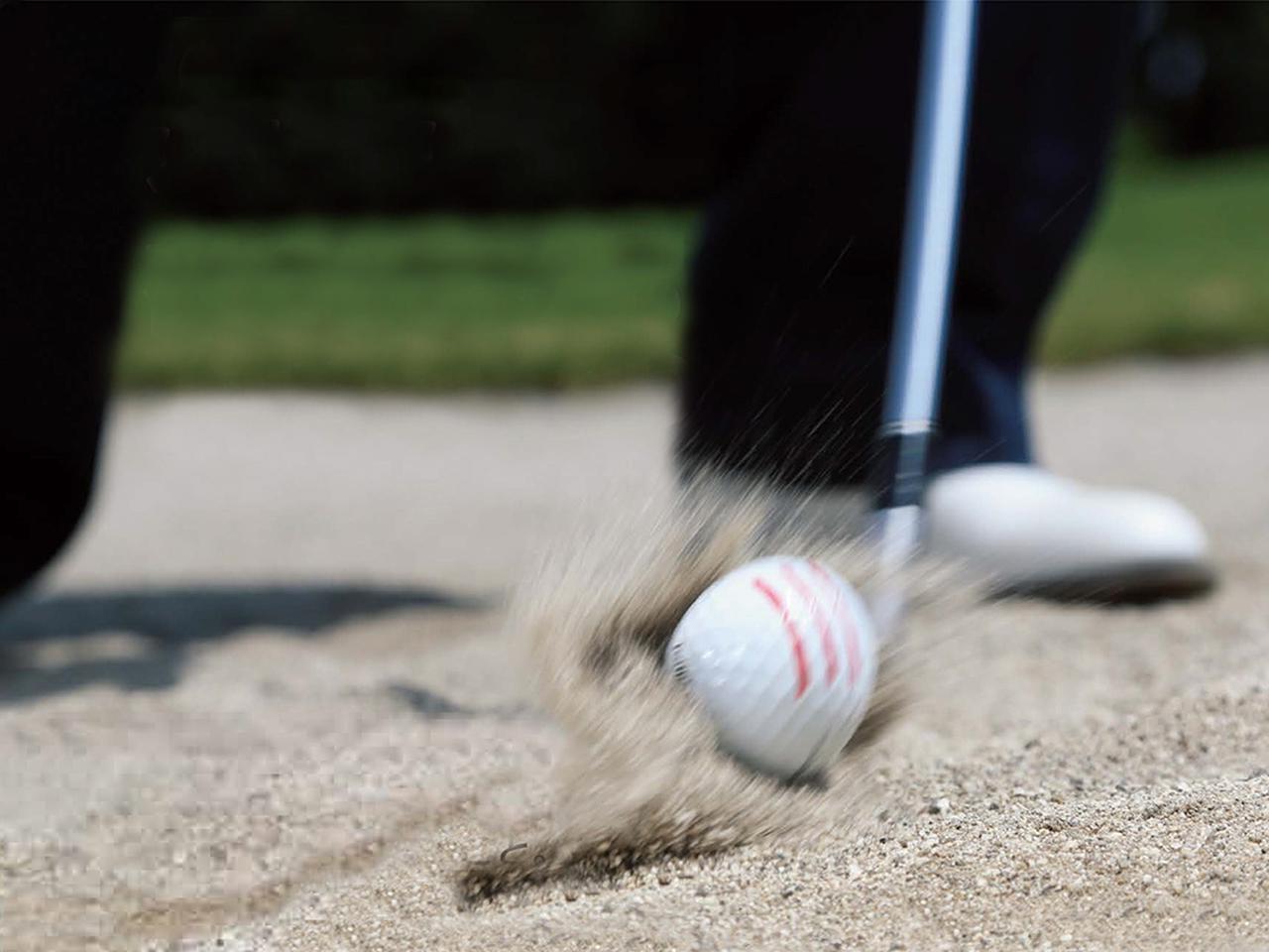 画像: 砂を刈るイメージで打つ
