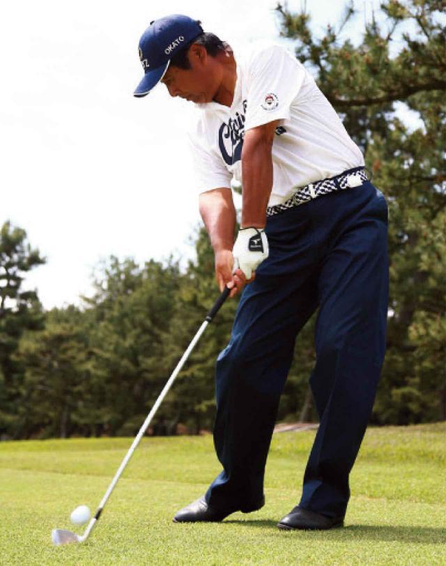 画像: 右太もも前で打てば、ボールを押し込むことができる