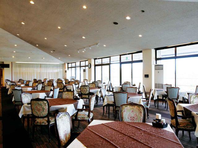 画像: 広々したレストラン テーブル21卓