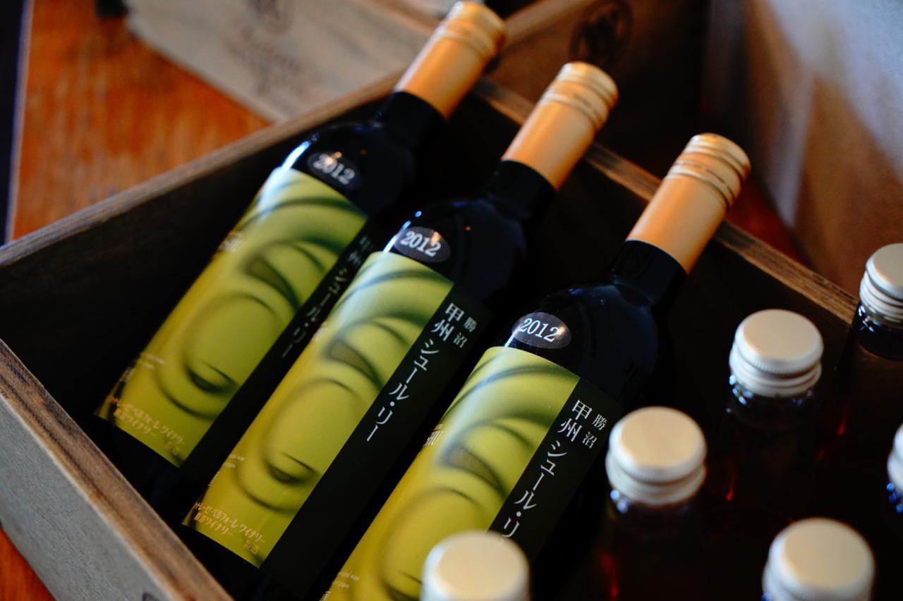 画像: 勝沼GCで見つけた甲州ワイン。「シュール・リー製法」という、香りを引き立てる永保で造られた白ワインだ