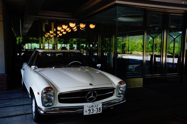 画像: クラブハウス前に鎮座するクラシックカーも必見