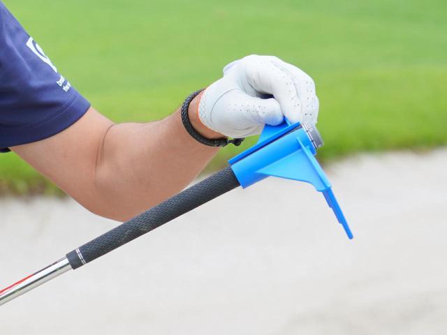 画像: 「マイゴルフレーキ」をグリップエンド方向にスライドするだけ