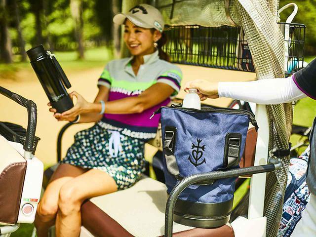 画像: 好みのドリンクを持ち運べる1リットルマイボトル(左)、ペットボトル派は保冷カートバッグ