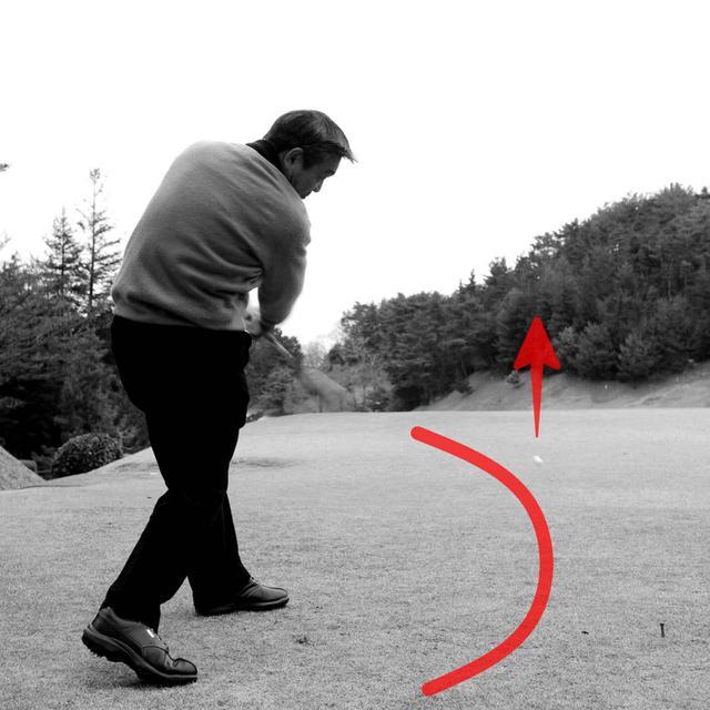 画像: スウィング軌道は深淵になるのが理想。ボールを真っすぐ直線的に飛ばすには、左に振って深淵を作るしかない