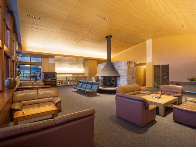画像: 談話室。ボールの軌跡をイメージしてカーブしている天井は、1階とレストランの天井を繋いでいる
