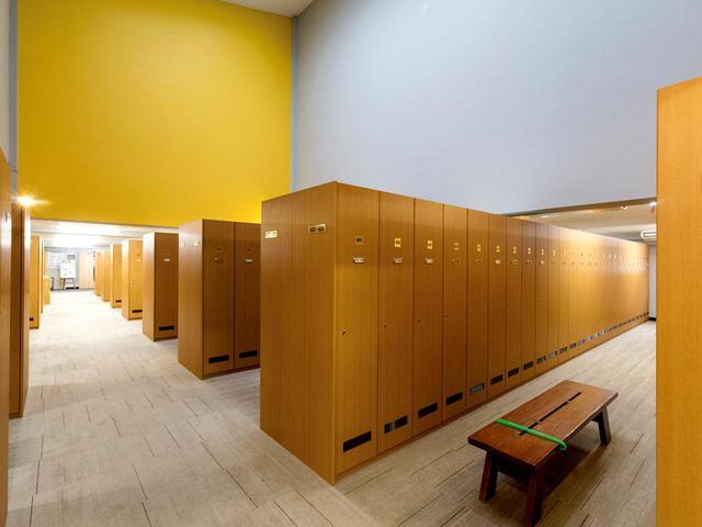 画像: 男女ロッカールームは2015年に改修。ロッカーは男女同型。男性400本、女性80本